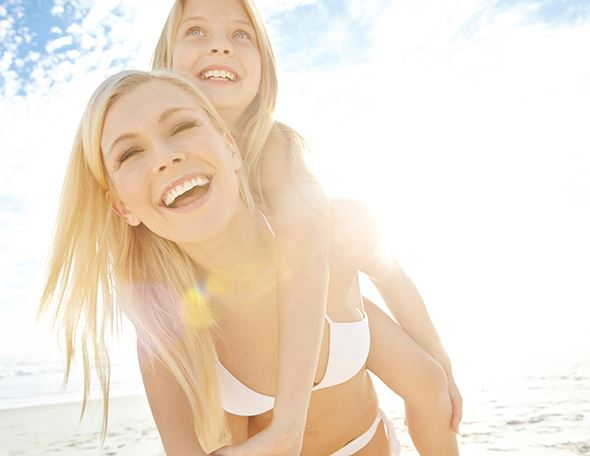 mother and daughter avoiding itchy skin after sun exposure
