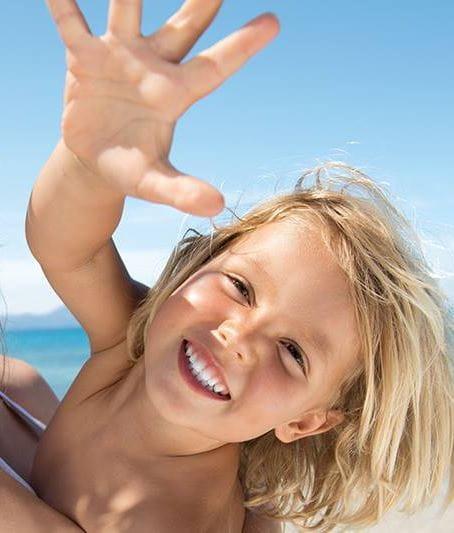 criança na praia